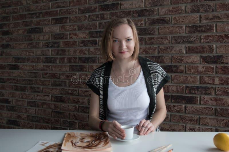 Weiblicher Künstler zeichnet in den Raum lizenzfreie stockfotos
