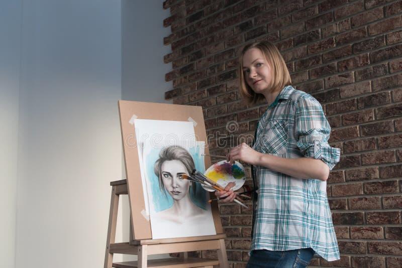 Weiblicher Künstler zeichnet in den Raum lizenzfreies stockfoto