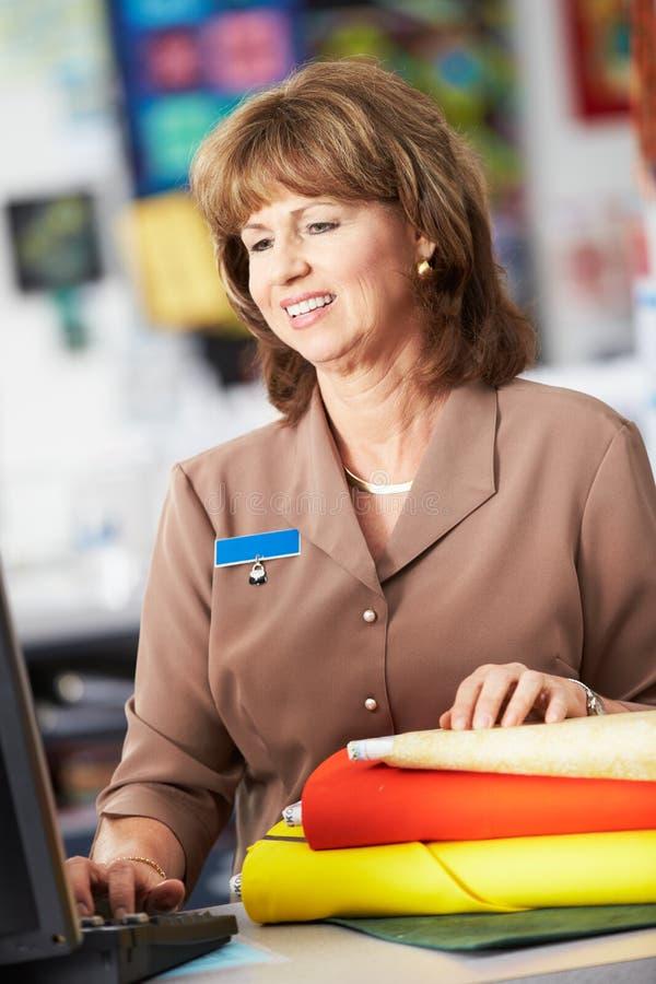 Weiblicher Kassierer At Clothing Store stockfotografie