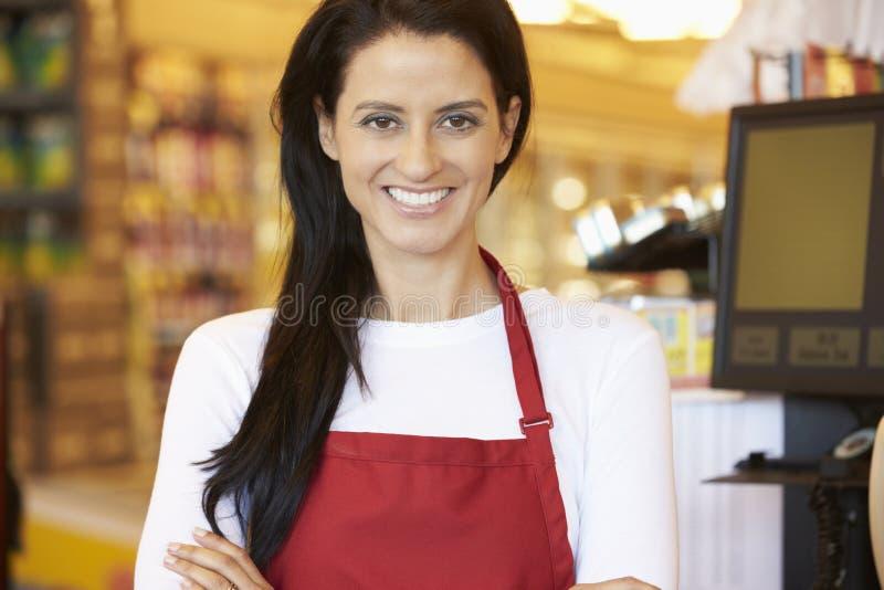 Weiblicher Kassierer At Supermarket Checkout lizenzfreie stockbilder