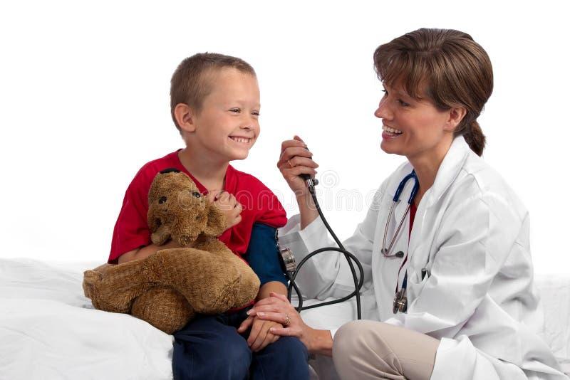 Weiblicher kaukasischer Doktor, der Druck des Jungen überprüft lizenzfreies stockfoto