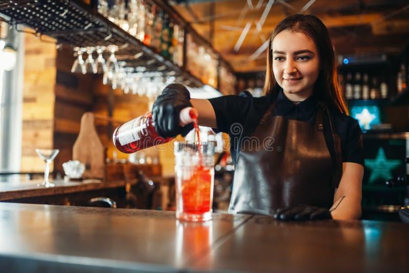 Weiblicher Kellner bereitet alkoholisches coctail mit Eis vor lizenzfreie stockfotos