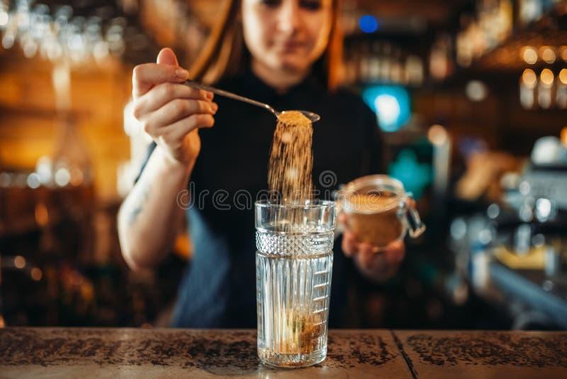 Weiblicher Kellner, der am Barzähler in der Kneipe mischt stockfotos