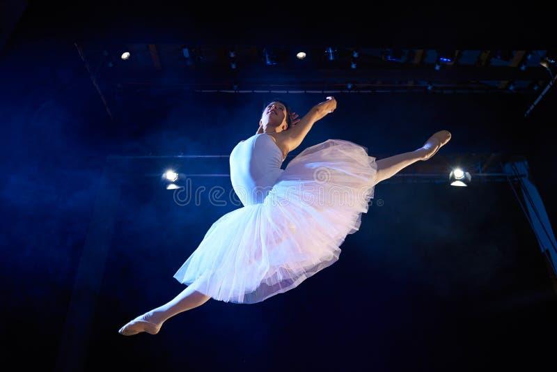 Weiblicher klassischer Tänzer, der mittlere Luft während des Balletts springt lizenzfreie stockfotos