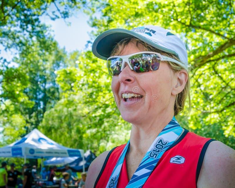 Weiblicher Konkurrent im Ironman-Triathlonrennen lizenzfreies stockbild