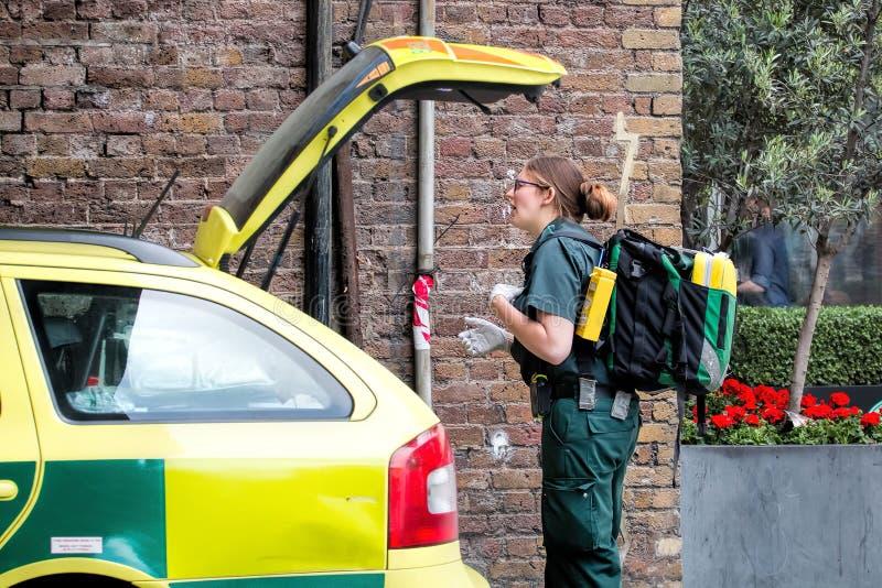 Weiblicher Krankenwagen-Sanitäter, schnelles Wartefahrzeug lizenzfreie stockfotos