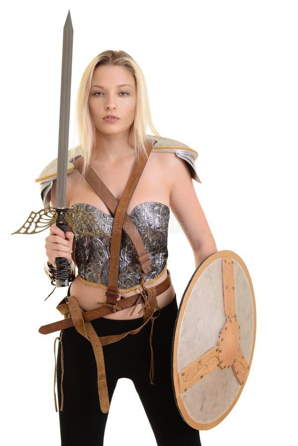 Weiblicher Krieger mit Schild und Klinge stockbild