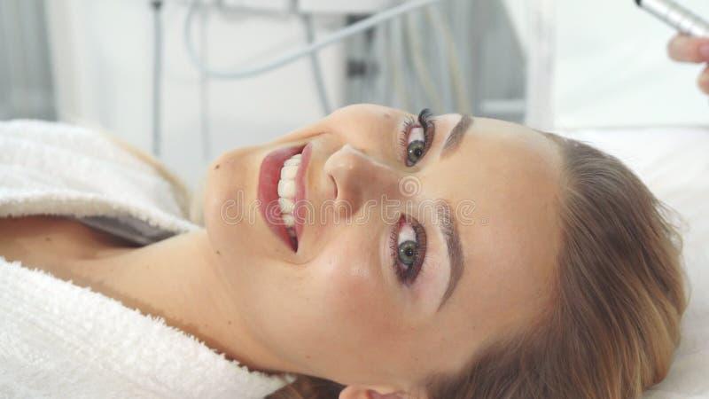 Weiblicher Kunde erhält Ultraschallhohlraumbildungsverfahren lizenzfreie stockbilder