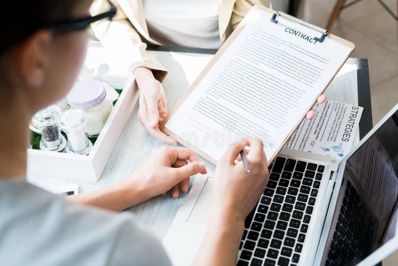 Weiblicher Kunden-unterzeichnender Vertrag stockfoto