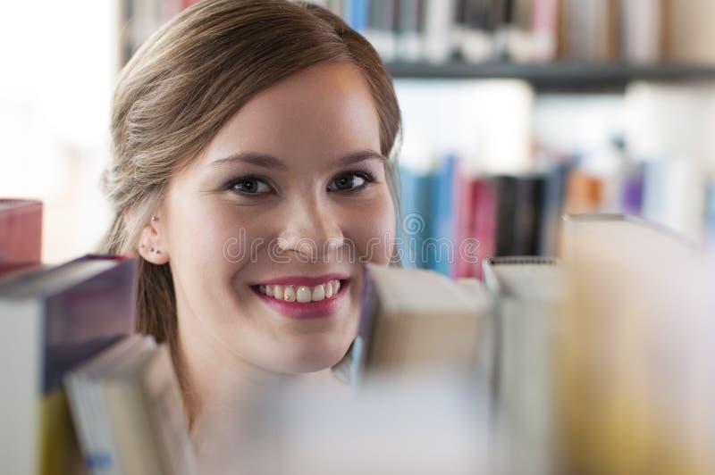 Weiblicher Kursteilnehmer in der Bibliothek stockbilder
