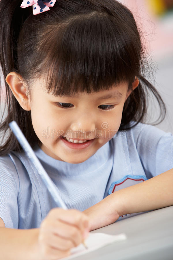Download Weiblicher Kursteilnehmer, Der Am Schreibtisch In Der Schule Arbeitet Stockfoto - Bild von lernen, ausbildung: 26363810