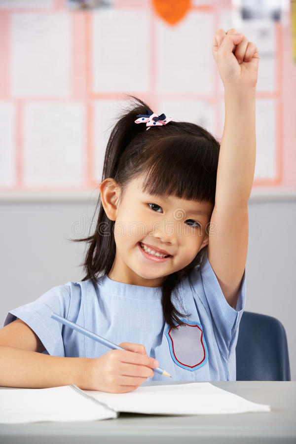 Download Weiblicher Kursteilnehmer, Der Am Schreibtisch In Der Schule Arbeitet Stockbild - Bild von hand, asien: 26363841