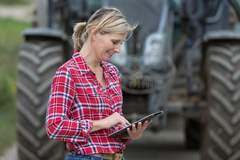 Weiblicher Landwirt, der im Bauernhof arbeitet stockbild