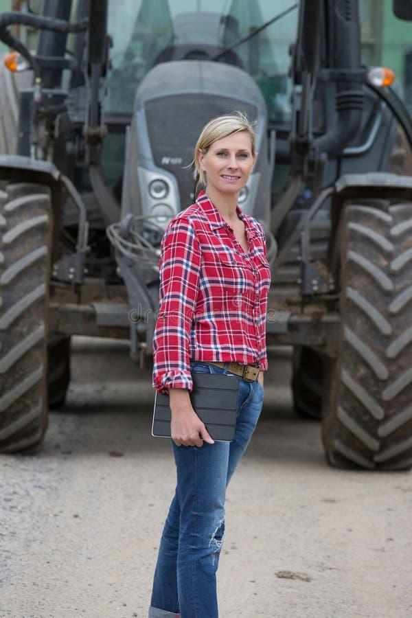 Weiblicher Landwirt, der im Bauernhof arbeitet lizenzfreie stockfotos