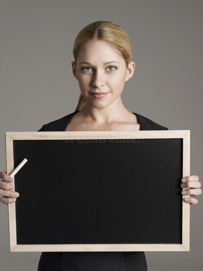 Weiblicher Lehrer-With Blackboard And-Kreide lizenzfreies stockbild