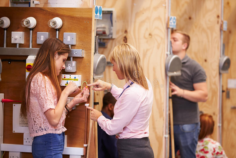 Download Weiblicher Lehrer Helping Students Training, Zum Elektriker Zu Sein Stockfoto - Bild von junge, jugend: 47100938