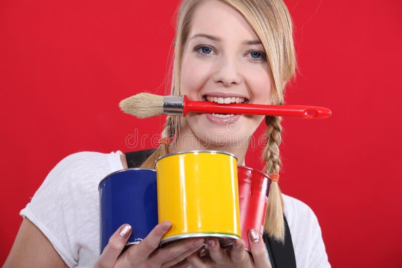 Weiblicher Malerholdingpinsel lizenzfreies stockbild