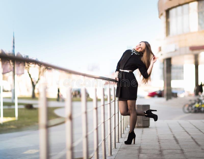Weiblicher Manager auf dem Hintergrund eines Bürogebäudes stockfotos