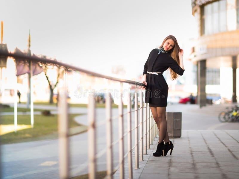 Weiblicher Manager auf dem Hintergrund eines Bürogebäudes stockbilder