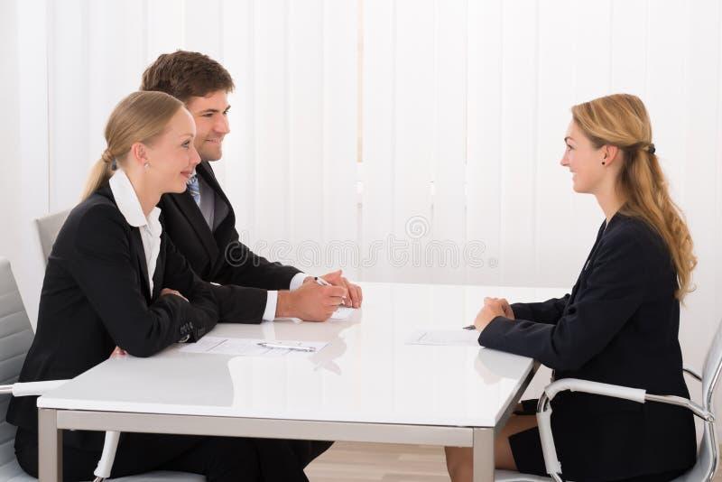 Weiblicher Manager Interviewing An Applicant lizenzfreies stockbild