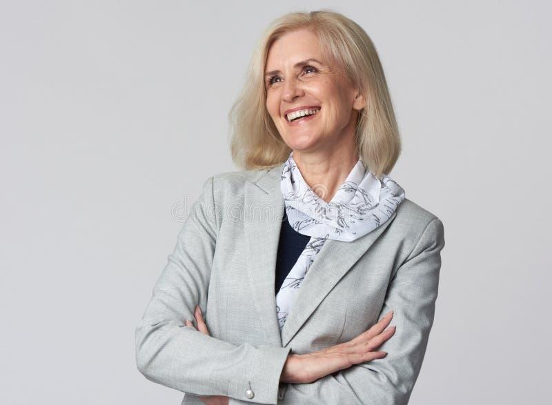 Weiblicher Manager lokalisiert auf grauem Hintergrund stockfotos
