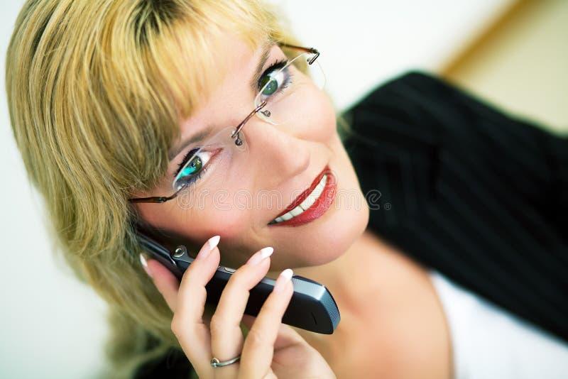 Weiblicher Manager mit Mobiltelefon stockbild