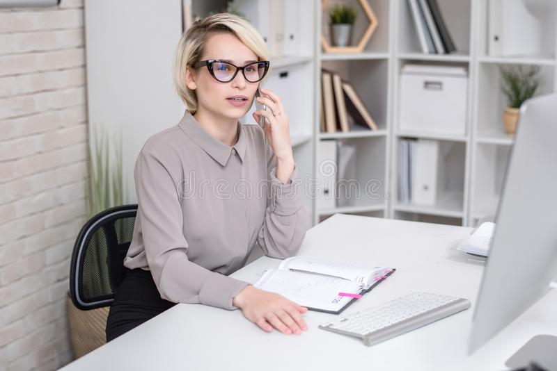 Weiblicher Manager Talking zum Kunden telefonisch lizenzfreies stockfoto