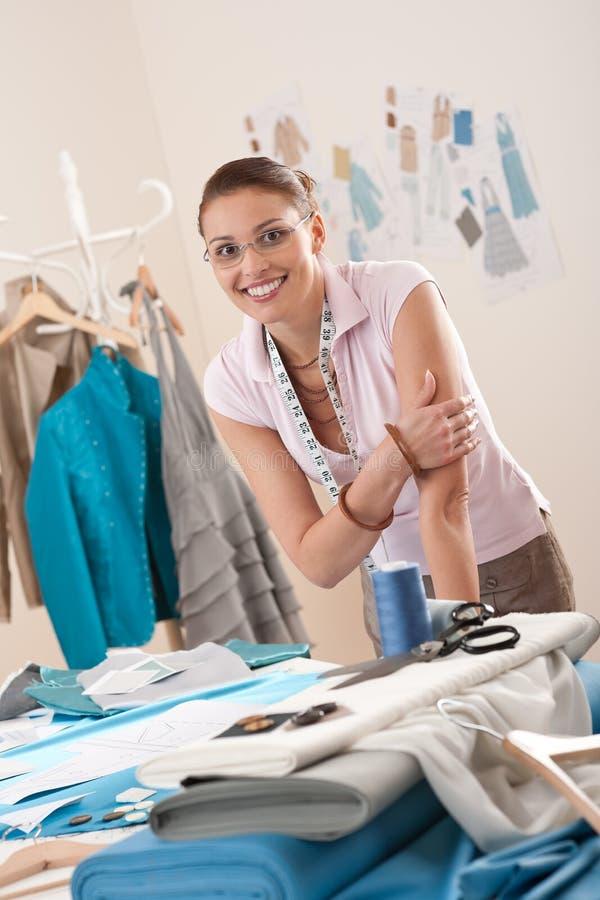 Download Weiblicher Modedesigner, Der Am Studio Arbeitet Stockbild - Bild von ausschnitt, leute: 12203477