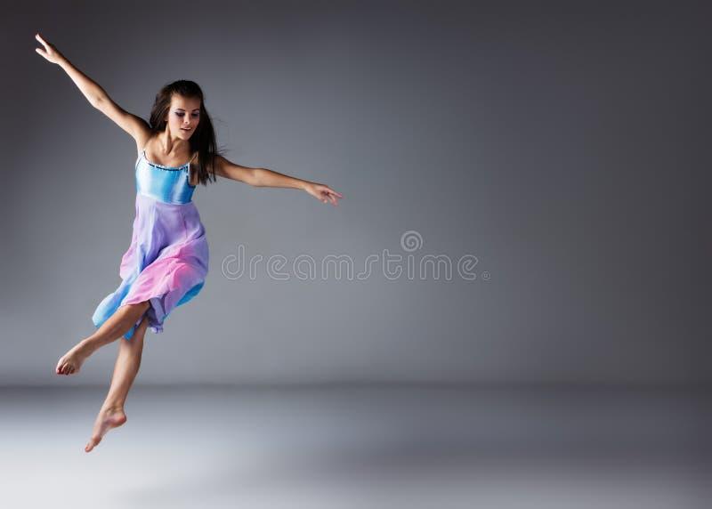 Weiblicher moderner Tänzer lizenzfreie stockfotografie