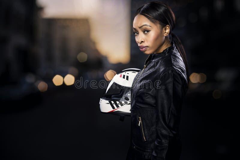 Weiblicher Motorrad-Reiter auf einer Straße lizenzfreie stockfotos