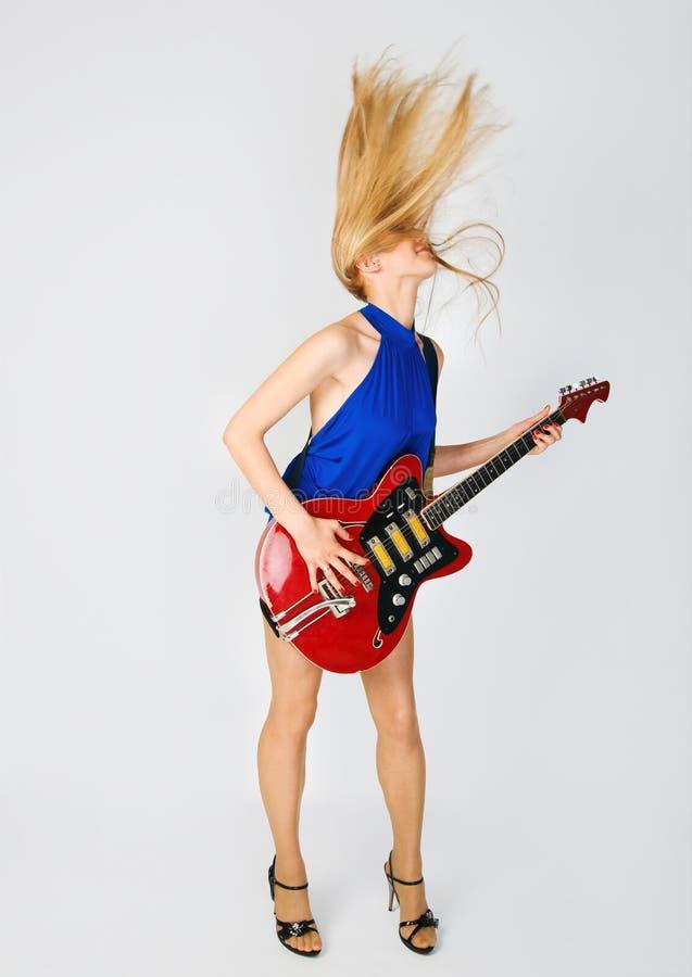 Weiblicher Musiker mit ihrem Instrument lizenzfreies stockbild