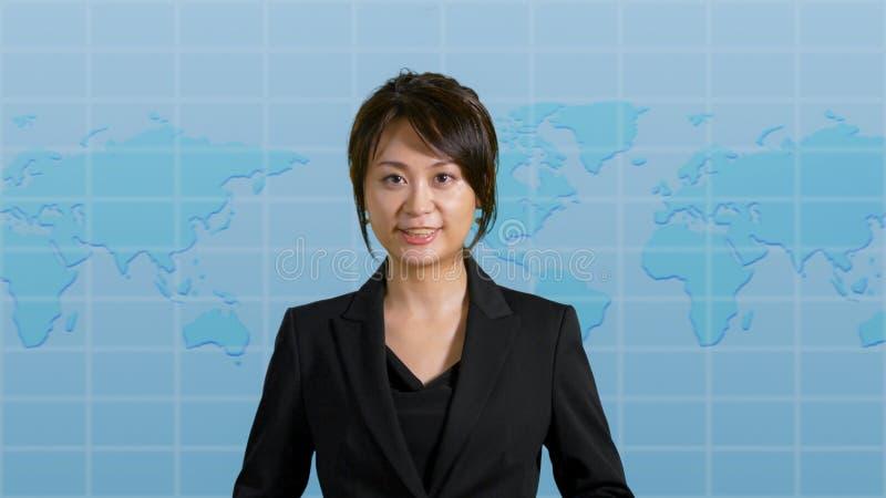 Weiblicher Nachrichtenanker im Studio stockfotos