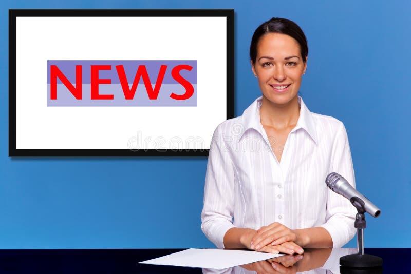 Weiblicher newsreader, der die Nachrichten darstellt lizenzfreie stockfotos