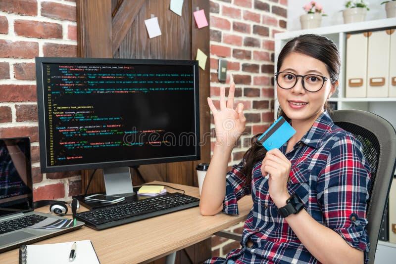 Weiblicher Programmierer, der eine okaygeste zeigt stockfotografie