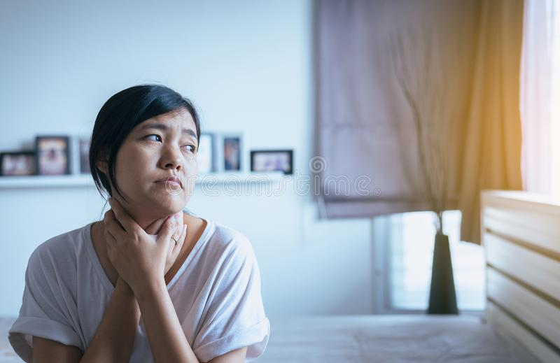 Weiblicher rührender Hals mit der Hand, Gesundheitswesen-Konzepte, Frau haben Halsschmerzen stockfotos