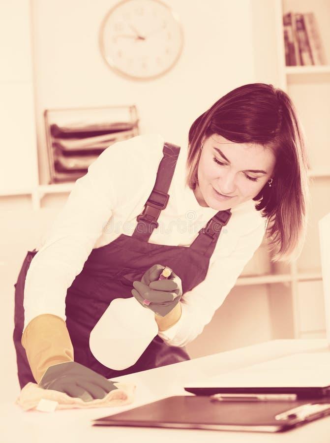 Weiblicher Reiniger bei der Arbeit lizenzfreie stockfotografie