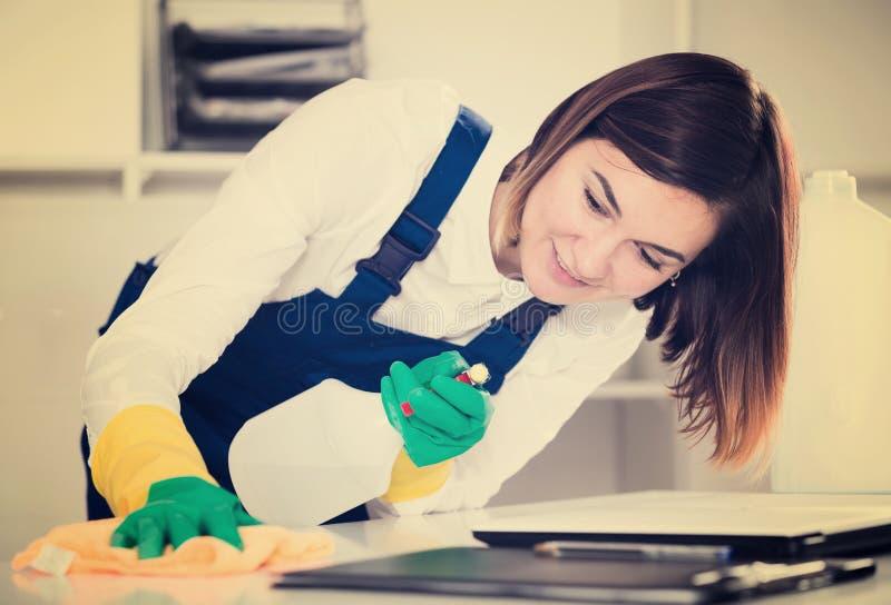 Weiblicher Reiniger bei der Arbeit stockfotografie