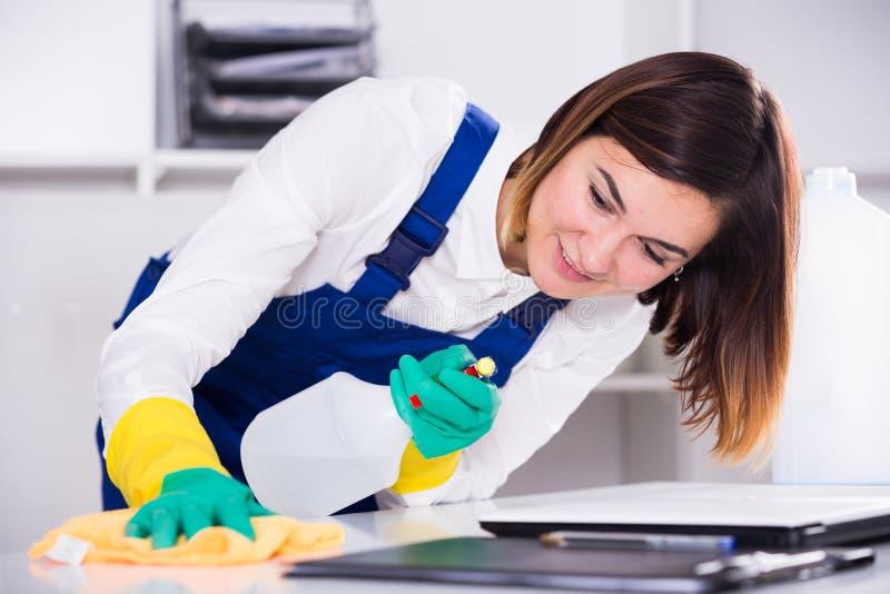 Weiblicher Reiniger bei der Arbeit stockfotos