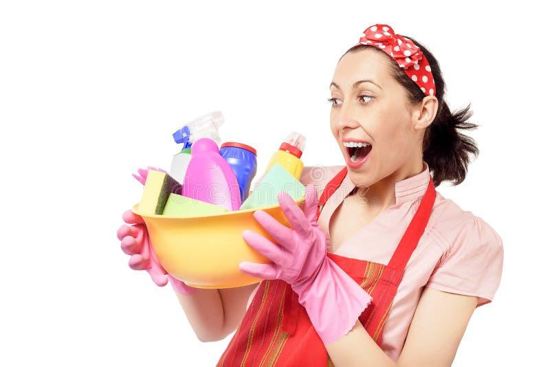 Weiblicher Reiniger, der Eimer mit Reinigung hält stockfotografie