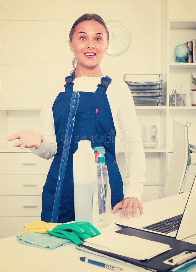 Weiblicher Reiniger mit Staubtuch stockbild
