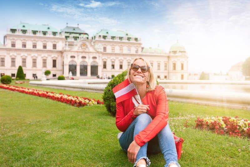 Weiblicher Reisender auf dem Hintergrund des Belvedere-Palastkomplexes des 18. Jahrhunderts in Wien, Österreich lizenzfreie stockfotografie