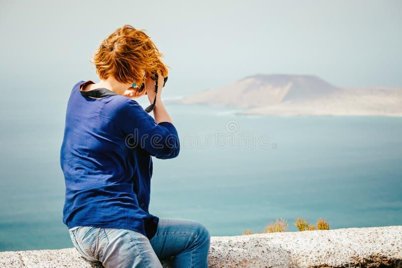 Weiblicher Reisender, der ein Foto macht lizenzfreie stockfotografie