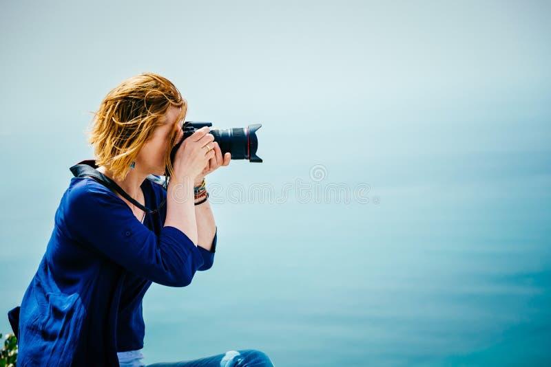 Weiblicher Reisender, der ein Foto macht lizenzfreie stockfotos