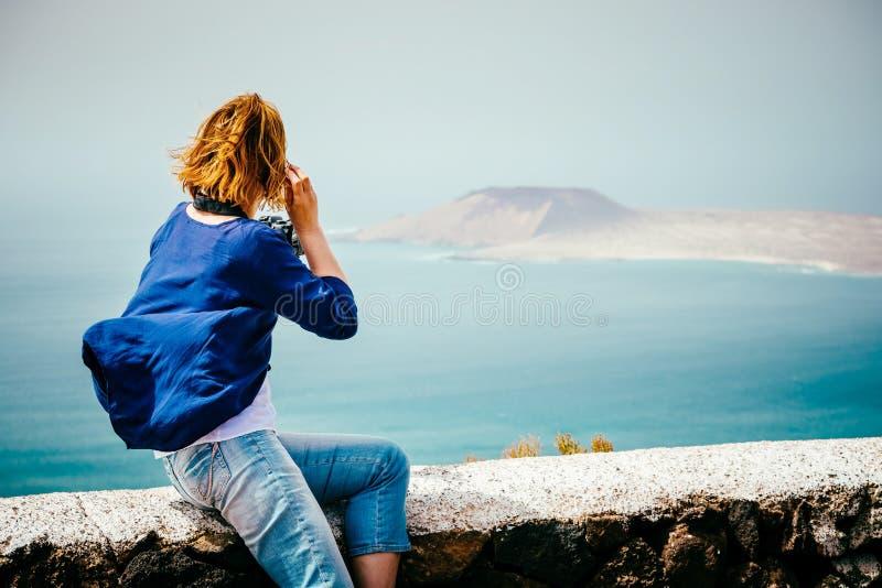 Weiblicher Reisender, der ein Foto macht lizenzfreies stockbild
