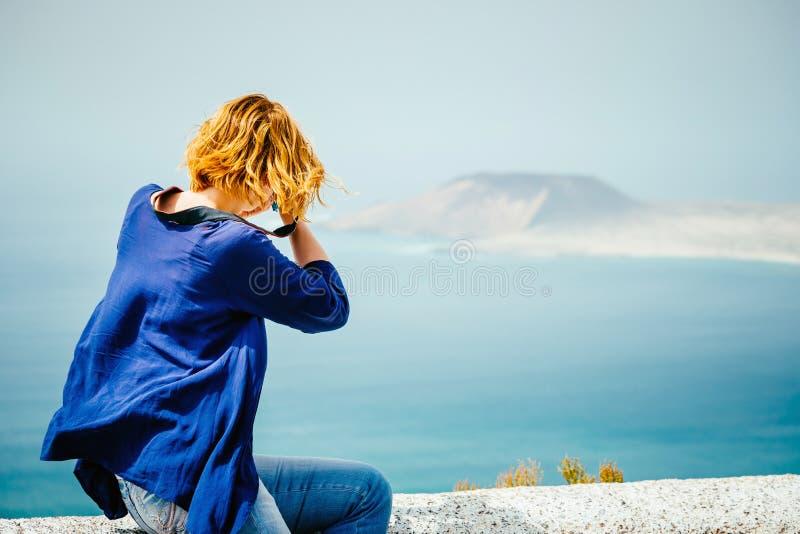 Weiblicher Reisender, der ein Foto macht lizenzfreies stockfoto