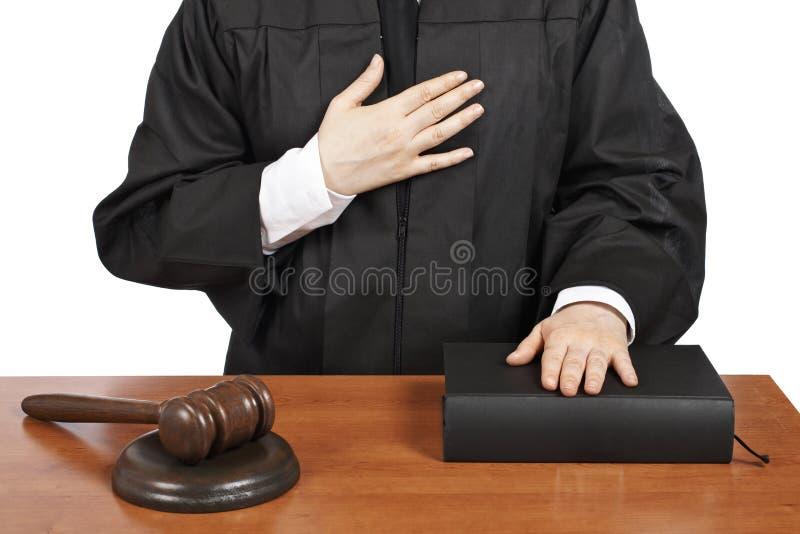 Weiblicher Richter, der Eid schwört stockfotos