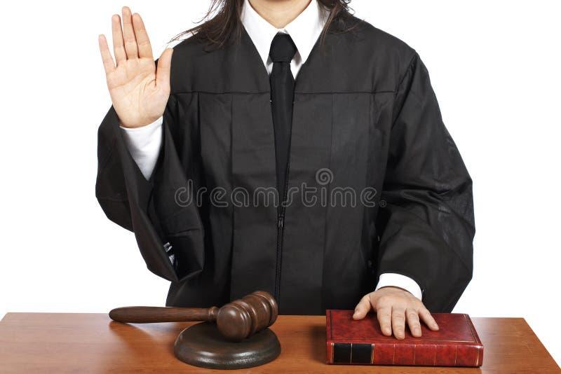 Weiblicher Richter, der Eid schwört lizenzfreie stockbilder