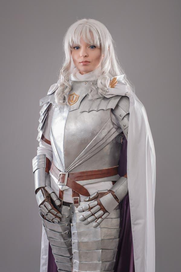 Weiblicher Ritter in glänzender Rüstung stockbild