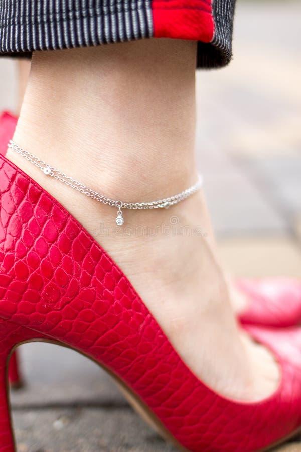 Weiblicher schöner Knöchel mit silbernem Armband lizenzfreie stockfotos