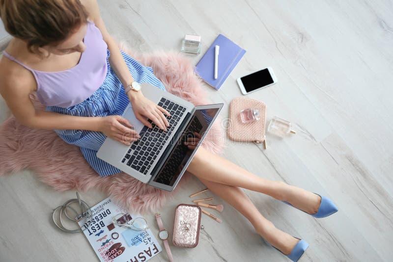 Weiblicher Schönheit Blogger mit Laptop zuhause stockfotografie